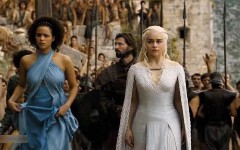Khaleesi walking in Meereen city