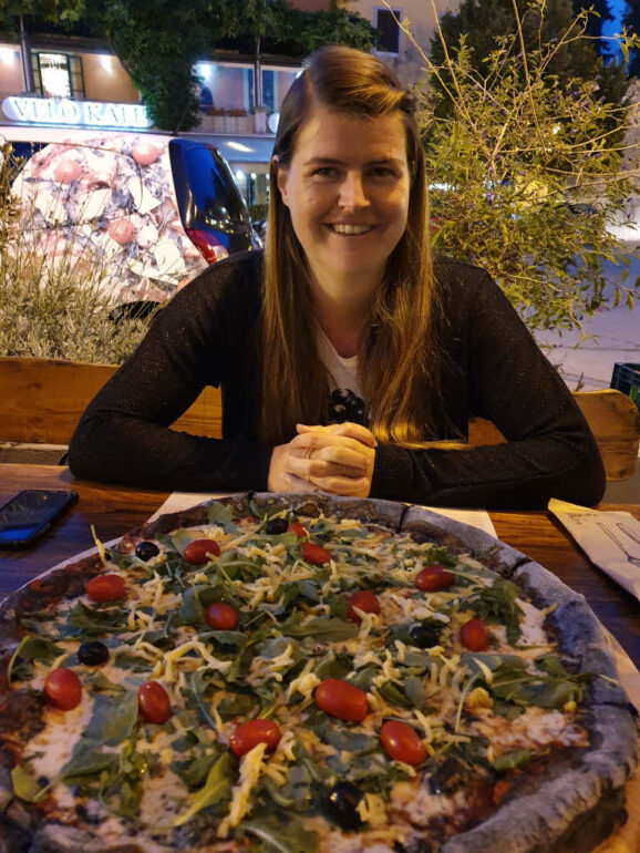 Elke and a black pizza Carbon 1921